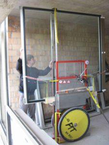 Das Anheben der Fensterflügel auf die richtige Höhe nimmt der PIT dem Monteur ab.