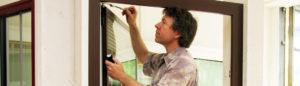 Axel Dähler bei der Fenstermontage