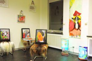 Auch diese Stühle und Lampen hat Veronika Kiesling mit Bildern von Helena gestaltet
