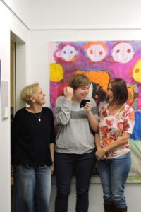 Martina Bötticher, Geschäftsführerin LIV, mit Helena und ihrer Mutter Veronika Kisling (vlnr.)